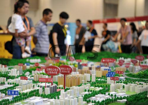 图为9月9日,厦门民众在一房地产开发商建设模盘前了解有关楼盘信息。