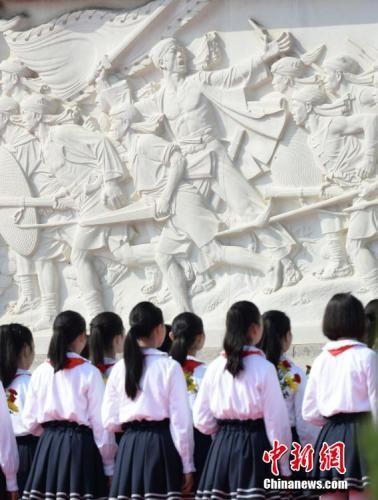 资料图:少先队员瞻仰人民英雄纪念碑。 中新社记者 廖攀 摄