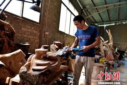 图为工人在新厂房上班。 吴苏梅 摄