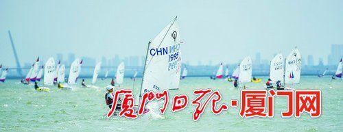第四届全国青少年帆船俱乐部联赛总决赛开赛,海面上百舸争流。(陈嘉新 摄)