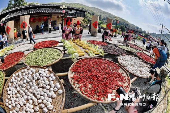 旅游节上展示当地丰富物产。