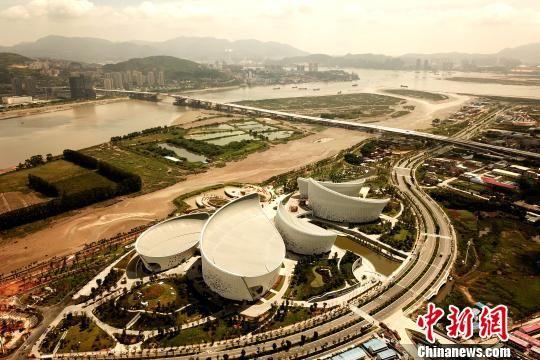 海峡文化艺术中心占地15万平方米,宛如一朵巨型茉莉花盛开在闽江江畔 王东明 摄