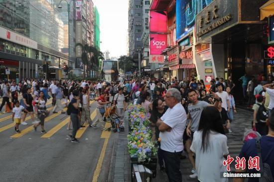 10月5日,香港的旅游购物胜地尖沙咀游客爆满,众多澳门网上博彩娱乐官网内地游客挤满尖沙咀弥敦道的购物商场。据香港特区政府入境事务处公布的数据,10月1日至4日,香港出入境人数累计达383万人次,比去年同期增长近9%;其中通过高铁西九龙站出入境的旅客超过30万人次。中新社记者 谢光磊 摄