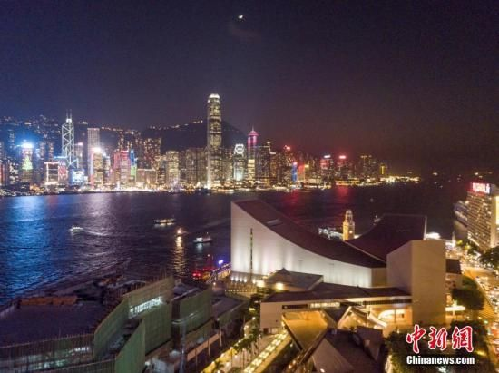 香港夜景是世界三大夜景之一,其中维多利亚港夜景最为壮观动人。透过航拍机,感受维港两岸璀璨灯火。 中新社记者 谢光磊 摄