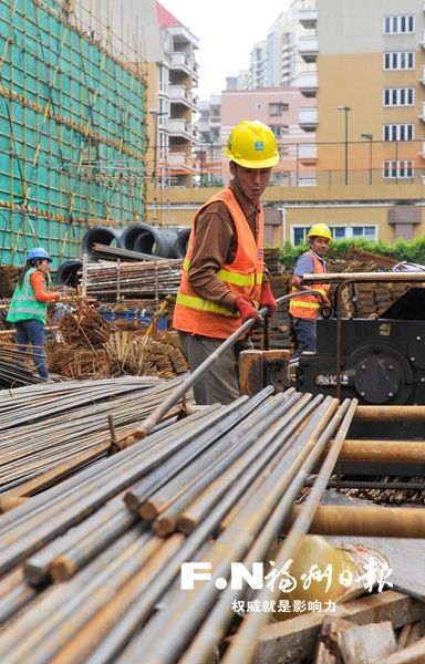 瑞特大厦工地上,工人加紧施工。