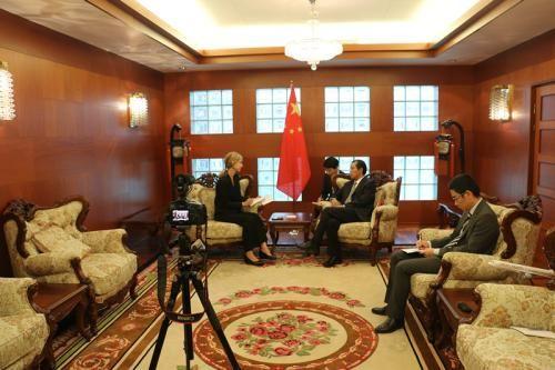 桂从友大使就媒体交流和中瑞关系接受瑞典《记者报》专访。(图片来源:中国驻瑞典大使馆网站截图)