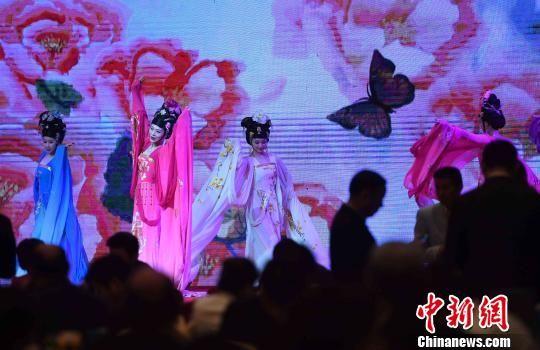 10月20日晚,演员在庆祝澳门正规赌博网站大全省中外企业家联谊会三十周年庆典大会晚宴上表演节目。 张斌 摄