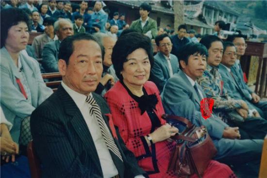 1988年回乡参加崇文中学校庆的李宝树、陈如璇伉俪