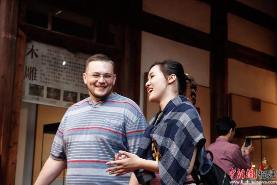福建师范大学协和学院学子正和来自白俄罗斯的学生进行交流。吴婧摄