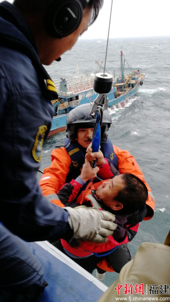 """直升机救助""""闽晋渔05788""""轮上的遇险人员。"""