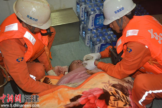 """东海救115轮成功救助""""闽连渔运60059""""3名遇险船员。"""
