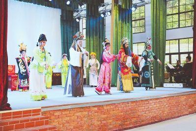 """芗剧演员在农民戏馆参加""""百团汇演""""演出。"""