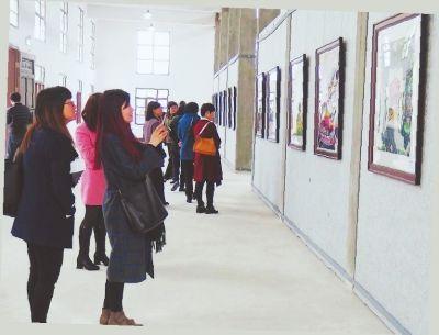 市民在龙海龙头文化公园农民画馆观赏作品。