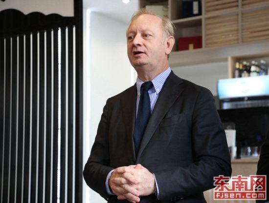 库尔布瓦市副市长舍沙赫(éric Cesari)致辞。