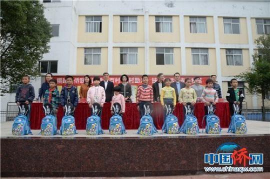 松溪郑墩中心小学学生获科教文体包。 陈佳丽 摄