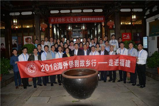侨胞在澳门正规赌博网站大全华侨文化展示中心。