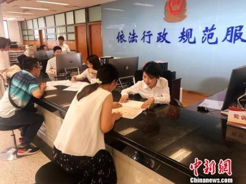 """资料图:上海""""一窗通""""服务平台:开办企业时间由22天缩短为5天。王子涛 摄"""