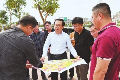 城厢区委书记王文才(中)调研城市建设。