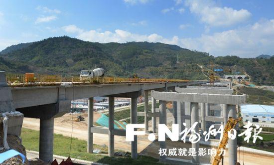 建设中的嵩口互通主线桥。