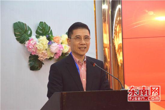 旅菲各校友会联合会秘书长蔡金生介绍访问团名单。