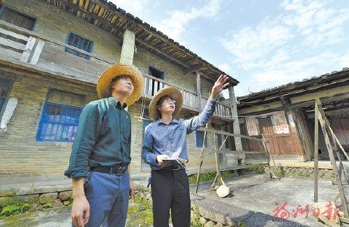 郑宇(右)与村干部一起调研古宅院保护工作。