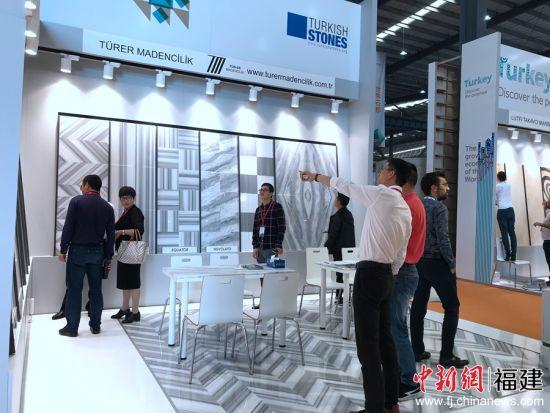 """8日,第十九届中国(南安)水头国际石材博览会在南安水头拉开帷幕,水头的""""国际朋友圈""""正在加速壮大。图为国际展区受到采购商青睐。"""