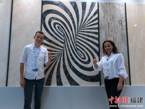 首次参展的土耳其TAKAVCI石材项目负责人Esra Ersen女士及团队为新品代言。