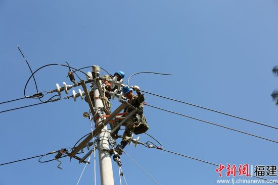 9日,福建省三明市宁化供电公司组织共产党员服务队发起年终冲刺。