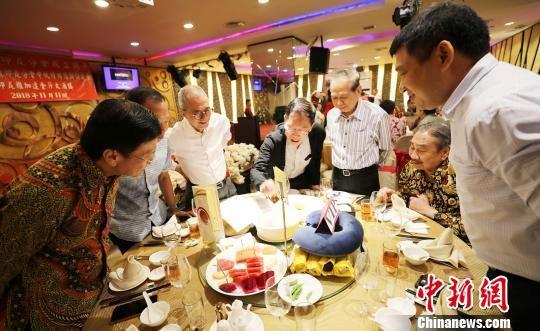 图为印尼闽南华人社团的几位侨领,也对搏饼习俗表现了浓厚兴趣,纷纷参与其中。 林永传 摄