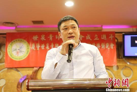 """图为""""世泉青""""印尼分会会长刘伟福在晚会上致辞。 林永传 摄"""