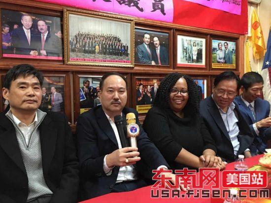 美国澳门正规赌博网站大全联合总会主席余光武(左二)发言。