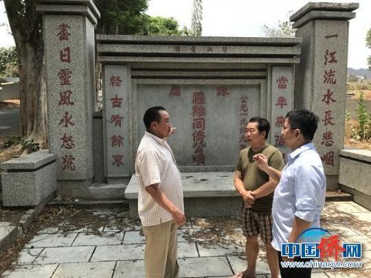 在谏义里,郑松波一行赴华人公墓祭拜先人侨贤。 郑松波 摄