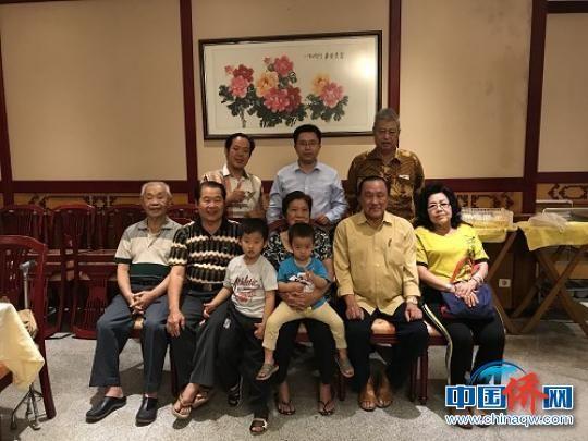 郑松波与谏义里福清公会主席陈和安等亲人喜相逢。 郑松波 摄