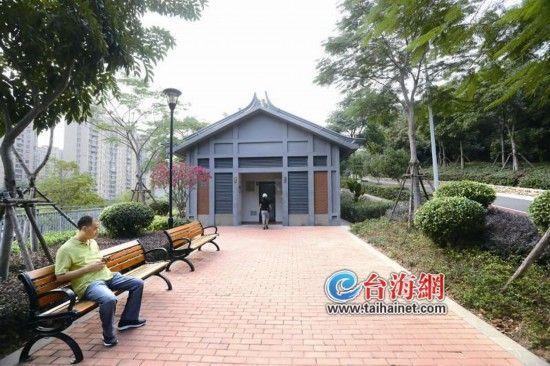 ▲薛岭山公厕外贴心地设置了休息长椅