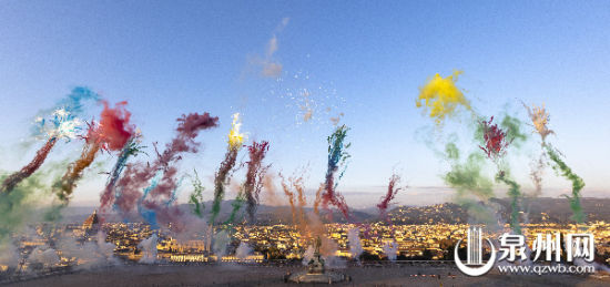 蔡国强最大白天爆破计划《空中花城》现场图。