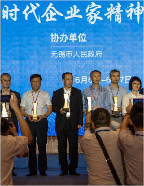 片仔癀药业党委书记、董事长刘建顺(左三)接受表彰