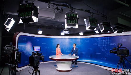 图为曾金柱在威尼斯人棋牌游戏平台新闻网(澳门威尼斯人网上赌场)演播厅接受专访。李南轩 摄