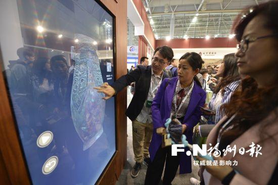 """故宫博物院""""多宝阁""""利用3d成像技术展示文物,并与市民互动。"""