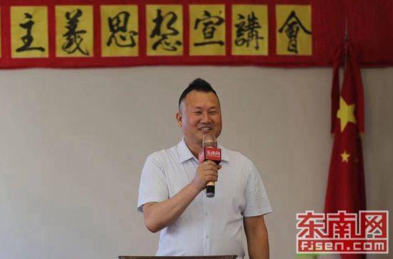与会侨胞接受东南网采访。