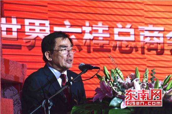 大会组委会总秘书长洪全克介绍世界六桂总商会筹备情况。