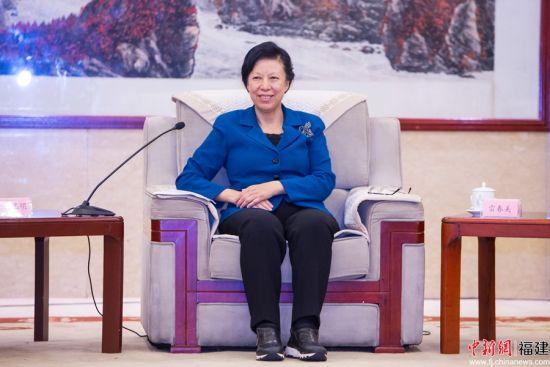 2、雷春美代表省委、省政府对省中华职业教育社第八次代表大会取得圆满成功、对新当选的领导班子表示热烈祝贺。联系 摄