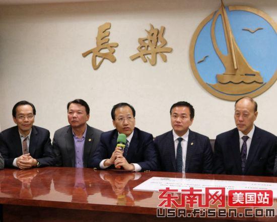 美东华人社团联合总会主席梁冠军(中)讲话。