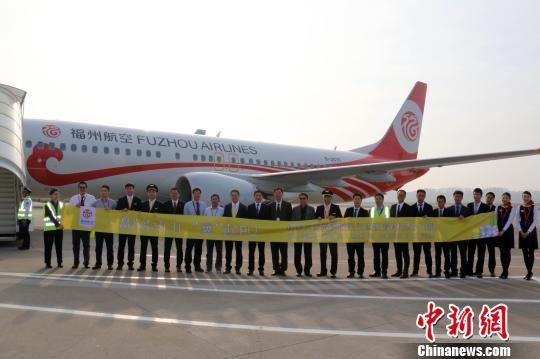 12月4日,一架机号为B-207C的波音737MAX型客机平安抵达福州长乐国际机场。图为接机人员与机组人员合影。福州航空供图