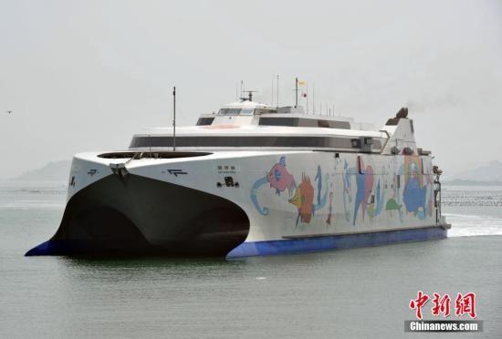 """资料图:台湾客货船""""丽娜轮""""由台北港直航平潭。中新社发 张斌 摄"""