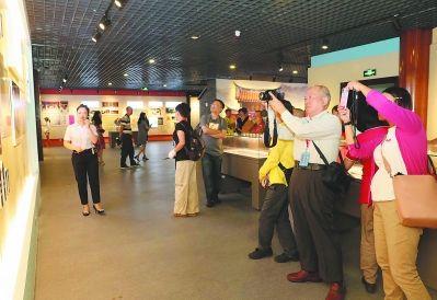 档案馆举办的各种主题展览,都能吸引大量市民前来参观。