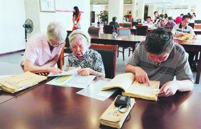 每天都有不少市民在澳门正规赌博网站大全省档案馆接待窗口查阅档案。