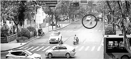 上图:李某某和母亲横穿马路。