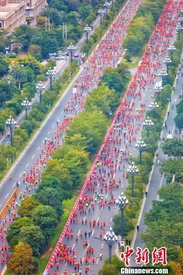 来自埃塞俄比亚、肯尼亚、印度、菲律宾等近20个国家和地区的一万两千余名跑友参赛。 赖进财 摄
