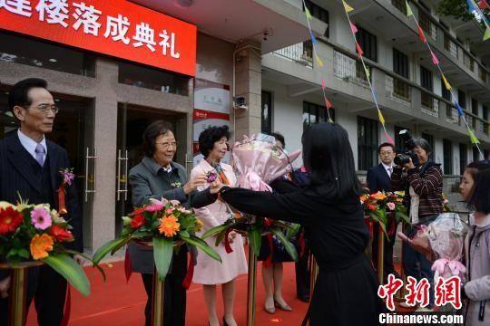 华侨大学学生向校董汪琼南女士(左二)献花。 张为健 摄