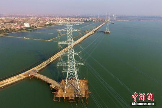 2017年3月2日,由福建送变电公司承建的湄洲湾第二电厂500千伏送出工程全面完工,该工程刷新福建省内500千伏电压等级难度最大、时间最短的建设工期纪录。作为福建省重点工程项目,该线路工程的建成,将填补福建电网的电力缺口,满足莆田、泉州地区负荷发展需要,有利于减轻福建南北输送通道的潮流输送压力,提升福建电网整体防灾减灾能力。王东明 摄